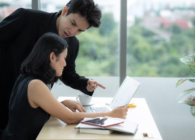 De baas gaf de vrouwelijke werknemer de schuld die het papierwerk had gemaakt