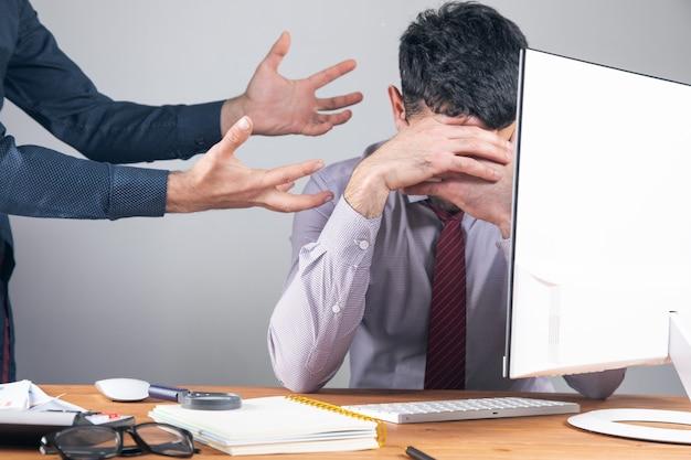 De baas is boos op de werknemer.