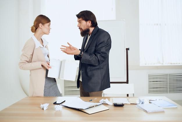 De baas valt de secretaresse lastig op het werk in het kantoor van intimidatie door geweld