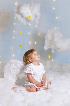 De baby als de engel die in wolken stijgt