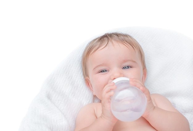 De baby drinkt uit een fles. kind bedrijf waterfles isoleren