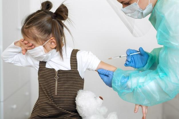 De baby huilt per keer totdat de dokter een injectie maakt.