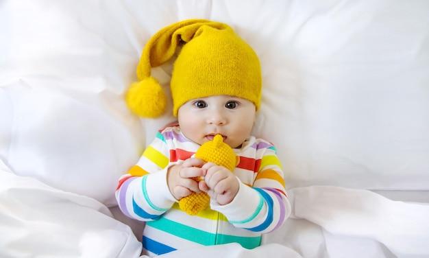De baby in de wieg gaat naar bed Premium Foto