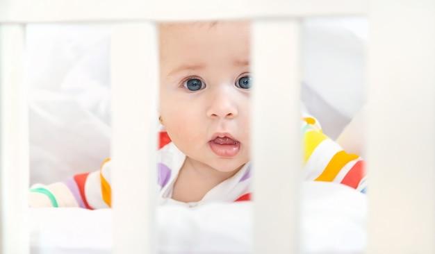 De baby in de wieg gaat naar bed