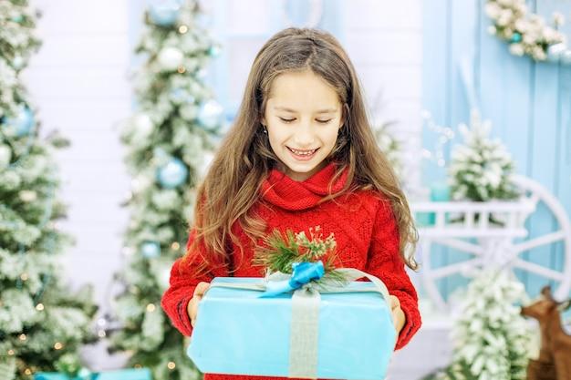 De baby kreeg een geweldige geschenkdoos en verheugt zich