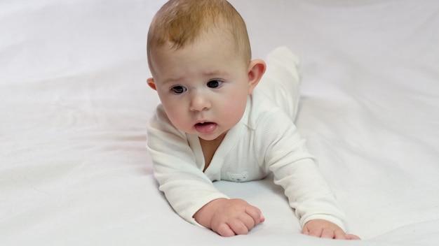 De baby rolt op zijn buik. selectieve aandacht kind