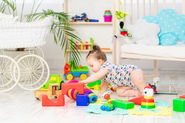 De baby speelt thuis in de crèche