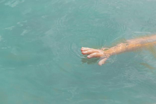 De baby verdrinkt in water.