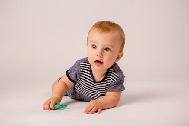 De babyjongen op wit isoleert, copyspace