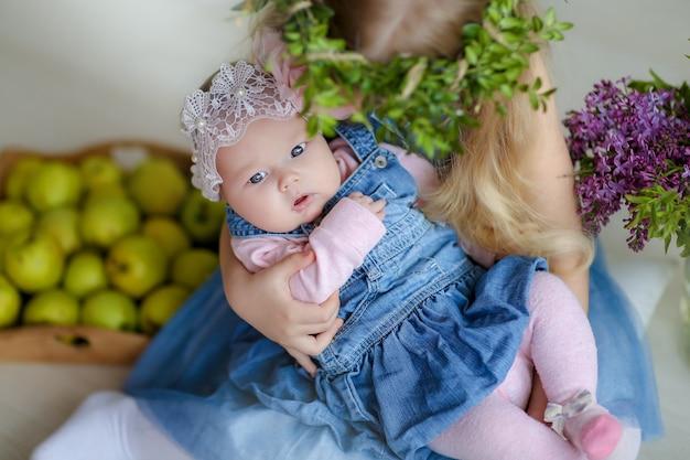 De babypop van de close-up in de armen van de meisjes