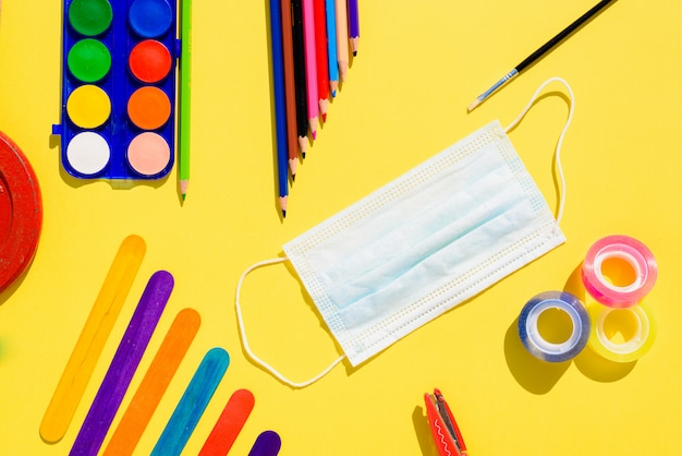 De back to school in 2020 bevat maskers om kinderen en leerkrachten tegen virussen te beschermen.