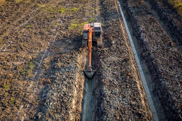 De backhoe van de hoge hoekmening is dingging de groeftuin en het landbouwgebied thailand