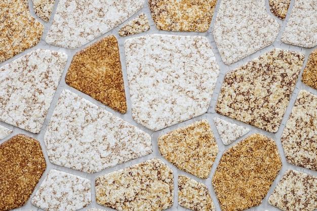 De baksteenpatroon van het close-upoppervlak bij de geweven achtergrond van de steenbakstenen muur