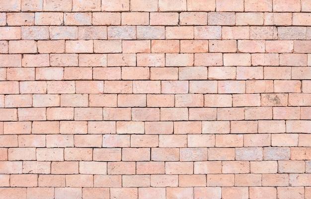 De baksteenpatroon van het close-upoppervlakte bij oude bruine de textuurachtergrond van de steenbakstenen muur