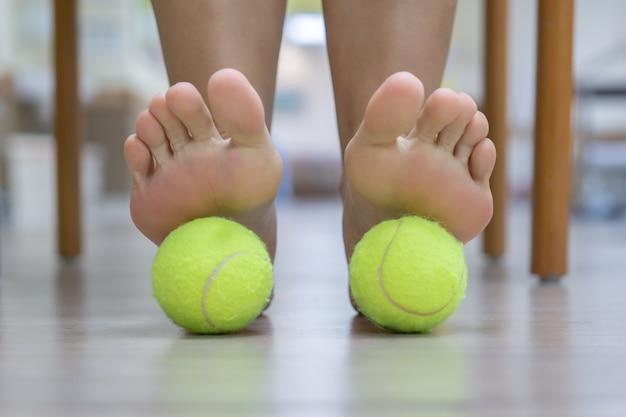 De bal oefent druk uit op de pijnlijke plek en verhoogt de procedure. het is effectief