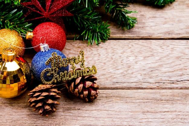 De ballen van kerstmis met een tak kerstboom