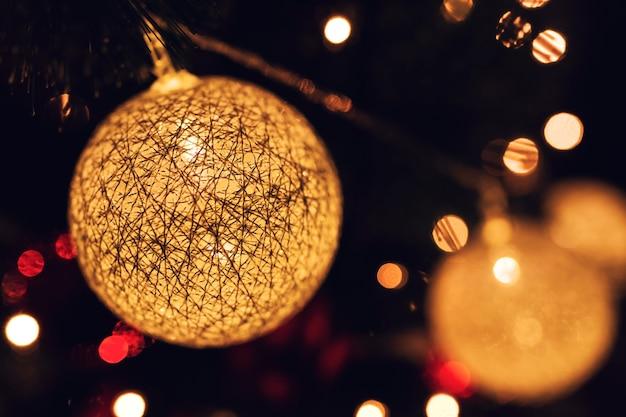 De ballen van kerstmis met verlichting binnen en bokeh effect