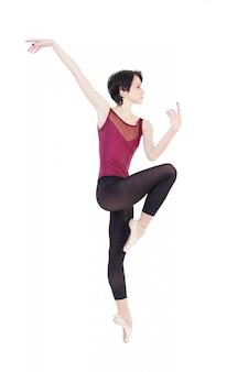 De ballerina danst in de studio op witte isolate