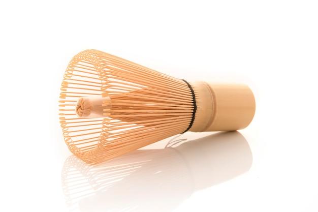 De bamboethee zwaait voor matcha op witte achtergrond, traditionele cultuur van japanse matchethee