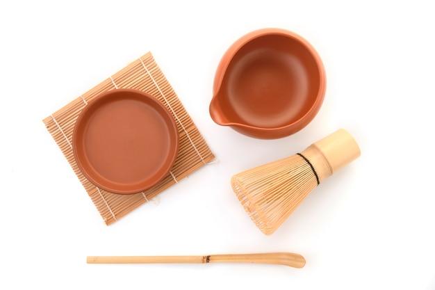 De bamboethee zwaait voor matcha op witte achtergrond, traditionele cultuur van japanse matchetheeware