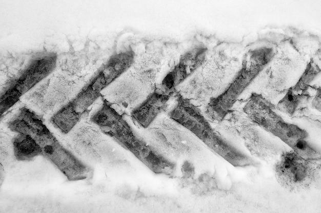 De bandensporen van tractoren in sneeuw