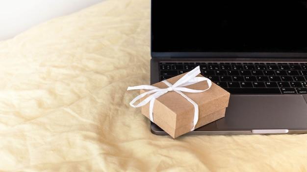 De banner van de geschenkdoos staat op het toetsenbord van de laptop.