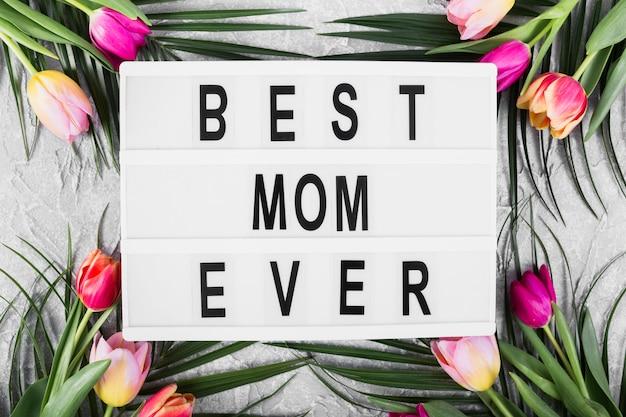 De banner van de moeder` s dag met bloemen