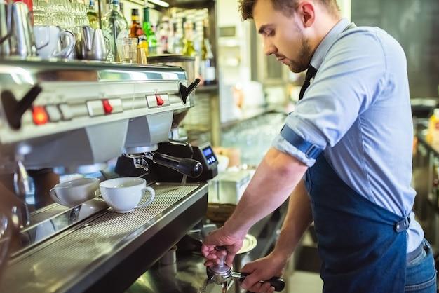 De barista aan het werk met een koffiezetapparaat op de bar