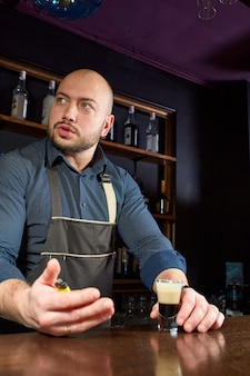 De barman bereidt een cocktail aan de bar
