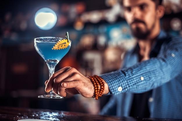 De barman maakt een cocktail in de gelagkamer