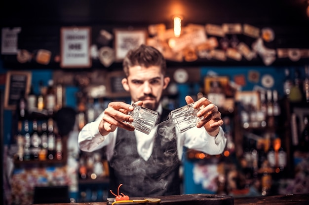 De barman maakt een cocktail in het bierhuis