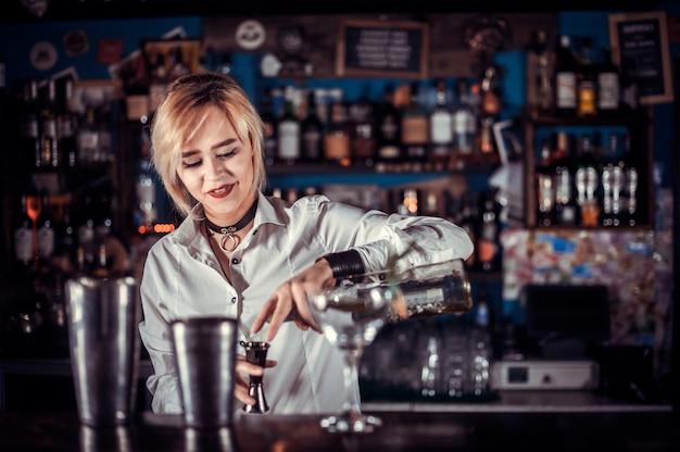De barman van het meisje verzint een cocktail in de salon