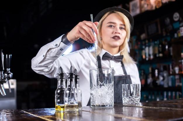 De barman van het meisje verzint een cocktail op de bierhal