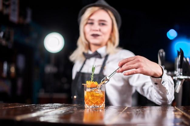 De barman van het meisje verzint een cocktail op de pothouse