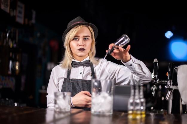 De barman van het meisje verzint een cocktail op het bierhuis