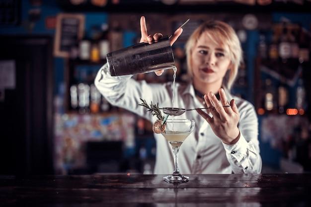 De barmeisje van het meisje formuleert een cocktail op de pothouse