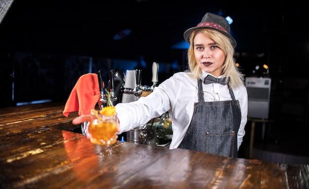 De barmeisje van het meisje verzint een cocktail op het portiershuis