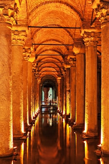 De basilica cisterne (turks: yerebatan sarayi - verzonken paleis), is de grootste van enkele honderden oude reservoirs die onder de stad istanbul, turkije liggen.