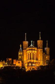 De basilica notre dame de fourvière in lyon, frankrijk 's nachts