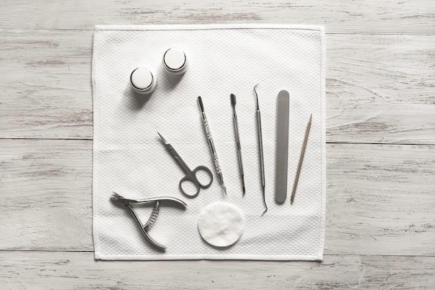 De basishulpmiddelen voor manicure en pedicure. het concept van geneeskunde, gezondheid en schoonheid.