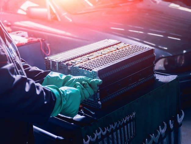 De batterijen van de elektromotor opladen. demontage van de batterij