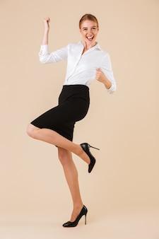 De bedrijfs gelukkige vrouw maakt winnaargebaar.