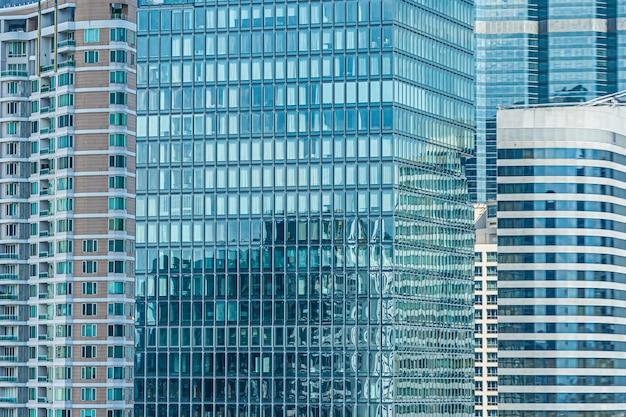 De bedrijfsbouw buitenkant met de achtergrond van het glasvenster