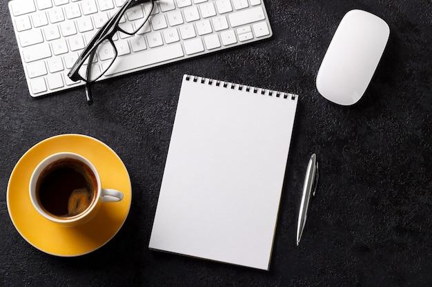 De bedrijfsbureautafel met van de de blocnoteglazen van de toetsenbordkoffie van de de penmuis hoogste vlakke de meningsvlakte