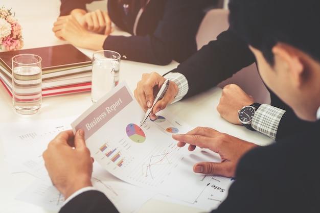 De bedrijfsmens bespreekt over verkoopgegevens in teamvergadering
