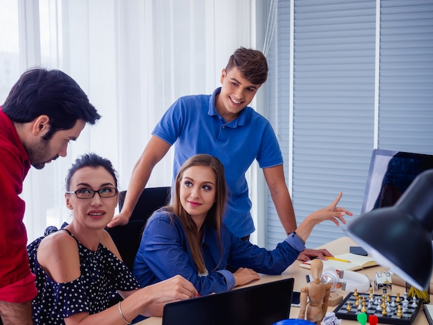 De bedrijfsmensen werken samen en komen samen om de situatie op zaken, bedrijfsconcept te bespreken