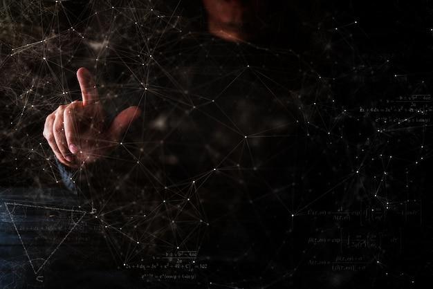De bedrijfsmensenhand toont iets ter beschikking donkere blackground
