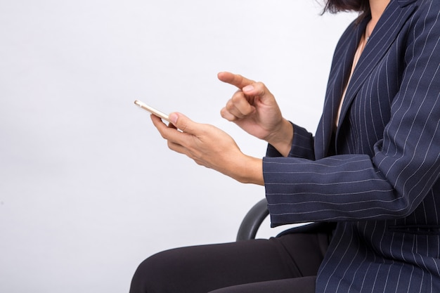De bedrijfsvrouw controleert haar e-mail op haar smartphone van het mobiele celtelefoonapparaat