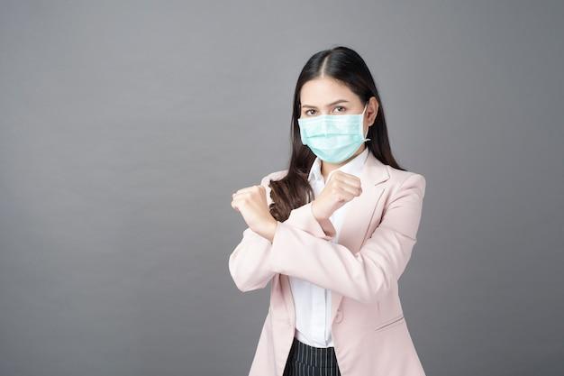 De bedrijfsvrouw draagt chirurgisch masker, bedrijfsbeschermingsconcept