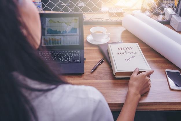 De bedrijfsvrouw opent het boek toont aan succeslezing voor inspiratie
